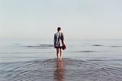 Örlög á sjóndeildarhringnum (Pietro Lodi) Tags: ocean sardegna camera boy sea portrait male film analog self sunrise mare mtl alba 5 autoritratto mm 35 praktika ragazzo orizzonte analogic cammino