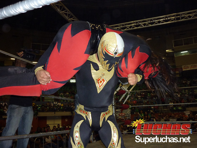 Mascarita Dorada levanta a El Hijo del Diablo - Photo: Randall Gordon