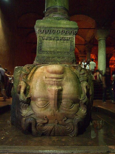 地下宮殿的梅杜莎頭像
