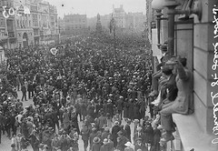 August 28, 1922 (National Library of Ireland on The Commons) Tags: 1920s august funeral 1922 crowds oconnellstreet michaelcollins oconnellbridge sackvillestreet cortege oconnellmonument bigfellow nationallibraryofireland carlislebridge irishcivilwar independentnewspaperscollection