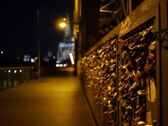 Schlösser der Liebe, bei Nacht. / Love padlocks