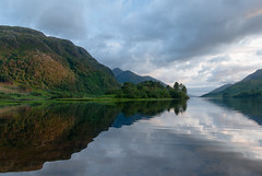 Loch Shiel (beeldmark) Tags: uk greatbritain sky mountain lake mountains reflection nature berg scotland meer unitedkingdom natuur scottish highland bergen lucht  lochshiel glenfinnan landschap schotland reflectie westhighlands spiegeling schots westernhighlands grootbrittannie grootbrittanni verenigdkoninkrijk beeldmark somberweer schotsehooglanden