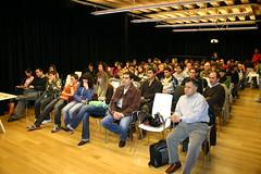 Auditorium de Lobiano Kultur Gunea en la que aparece una panoramica tanto de alumnos como de profesores. Los alumnos son de los siguientes centros: CIP Ermua-Mallabi, IES Uni Eibar-Ermua, Armeria Escola y IES Ongarai