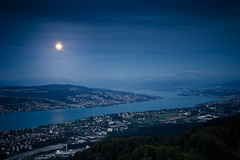 moonlight over the lake (gato-gato-gato) Tags: leica city nature digital landscape 50mm schweiz switzerland abend flickr sonnenuntergang suisse f14 sommer zurich natur rangefinder august zrich svizzera rathaus altstadt landschaft zuerich uetliberg manualfocus asph innenstadt m9 lindenhof samstag zri naturephotography zurigo manualmode landscapephotography summiluxm outdoorphotography hochschulen kreis1 manuellerfokus gatogatogato leicasummiluxm50mmf14asph leicam9 gatogatogatoch wwwgatogatogatoch