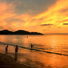 Batu Ferringhi, Penang Island, Malaysia (Ed Kruger) Tags: ocean blue sunset red sea summer sky people sun holiday seascape reflection water yellow skyline clouds landscape asia southeastasia waves asians horizon may wave sunny malaysia penang admiralty 2010 skyphoto childreb peopleofasia asiancities asiancountries photoofocean cultureofasia photosofasia photosofthesky surisered