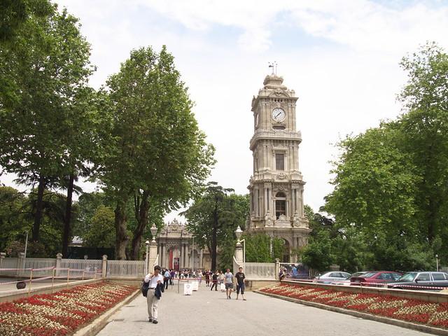 朵瑪巴切皇宮前庭的鐘塔