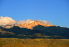 Lhagang Mountainscape in Sunset (reurinkjan) Tags: nature prayerflag chenresig drolma lungta chanadorje sacredmountains jambayang tibetanlandscape  fotocyfer    janreurink ommanipemehung tibetanplateaubtogang kham buddhism tibet tawucounty sacredmountainsoftibet dardocounty zharalhatse5820m19094ft lhaganggompa minyaglhagangyongdzograbgilhakangtongdrolsamdribling chortenmchodrten nyingmapasherda prayerflagsonstaff landscapeyulljongs naturerangbyung sunsetnyirgas 2010 lhaganglhasgang landscapesceneryrichuyulljongsrichuynjong peakofasolitarymountainridochadridoch