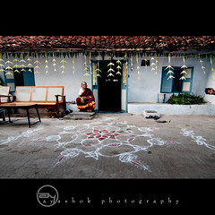 Welcome Home (ayashok photography) Tags: house streets nikon madras dude oldhouse oldwoman chennai kolam decorated cwc mylapore ayashok nikond300 tokina1116mm chennaiweekendclickers mylaporeday floordrawings aya5948