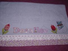 Toalha de banho DORALICE (*Sonhos e Retalhos Ateli*) Tags: flores tulipas patchwork decorao tulipa letras borboletas tecido costura alfabeto patchcolagem toalhadebanho floresdetecido fontesparapatchcolagem