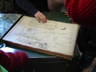 Un momento della visita in Archivio con le classi durante il laboratorio.