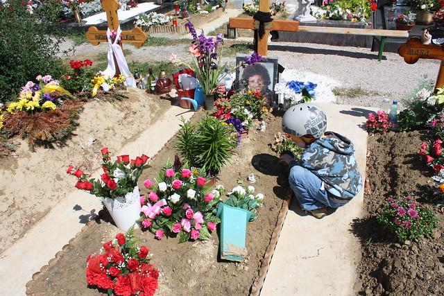 ... Moritz stellt umgefallene Blumen und Kerzen wieder auf ...