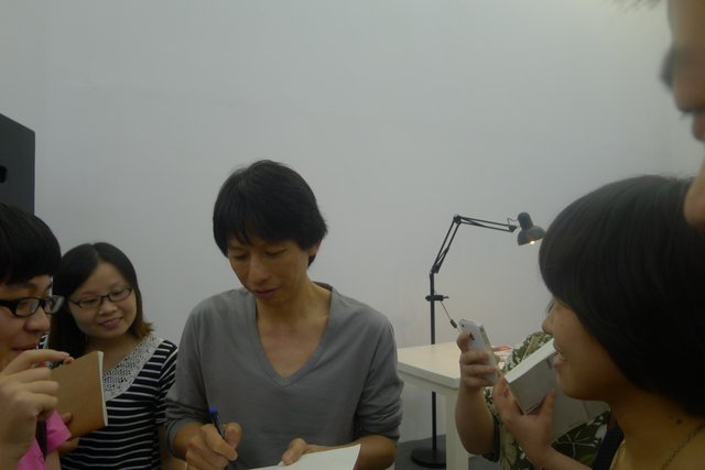 林奕华在忙着签名