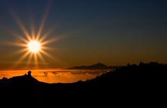 [フリー画像] 自然・風景, 夕日・夕焼け・日没, 山, 日光・太陽光線, 201109070100