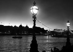 Luminrias londrinas PB (Marco Monteiro imagery) Tags: bw pb nightlightning iluminaonoturna bwlondon thamesatnight londoneyeatnight duetos londonianpoles postesdeiluminaao scarabstarfilter