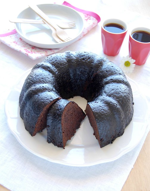Chocolate cake with cocoa glaze / Bolo de chocolate com calda de cacau