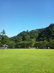芝生と山と青空との写真