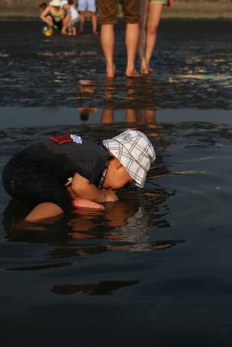 越看水中的倒影,覺得自己真的太可愛了,忍不住就親下去了