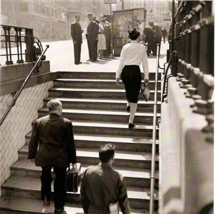 11h15 Català Roca Madrid Azafata saliendo metro Gran Vía 1953 baja