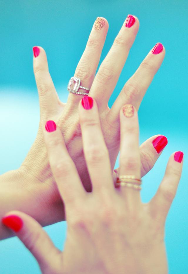 hands+nails+manicure+ summer nails+glitter mani