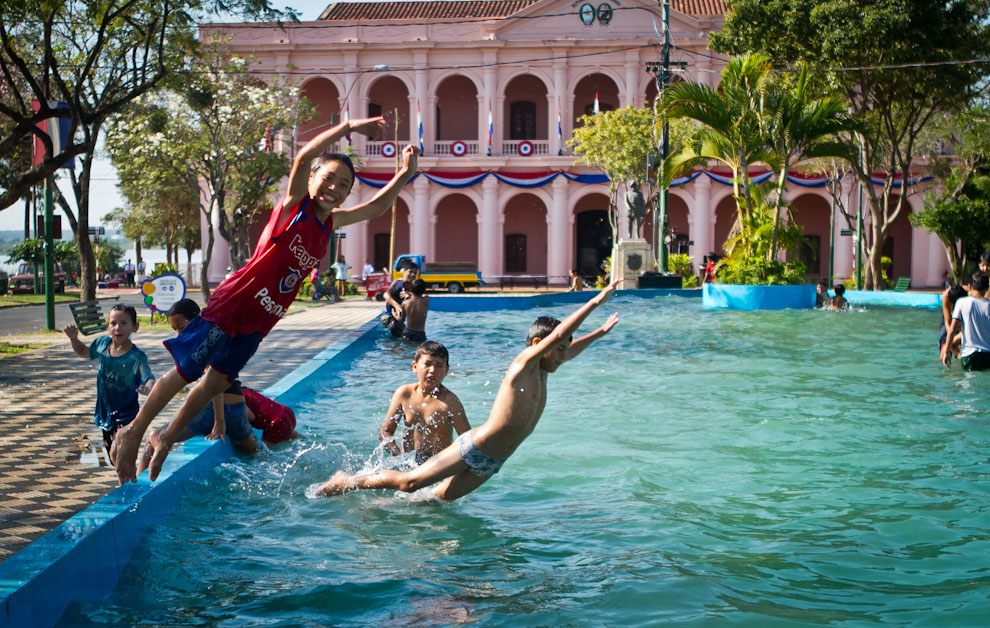 Niños de la zona se bañan en la fuente de agua frente al Cabildo, en las calurosas horas de la tarde del sábado. (Tetsu Espósito)