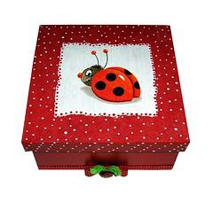 Caixa para presentear e Se presentear (IrmAssis) Tags: retrato caixa quadros anis bonequinha cabideirobblicos