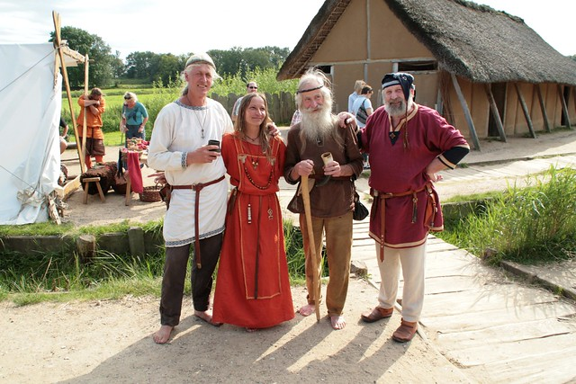 Gruppenaufnahme in Haithabu – Reinhard Erichsen, Marion Hopp, Manfred, Wulf Freese – Wikinger Museum WHH 21-08-2011
