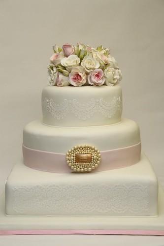 Elegante Hochzeitstorte Mit Rosen Und Brosche A Photo On Flickriver