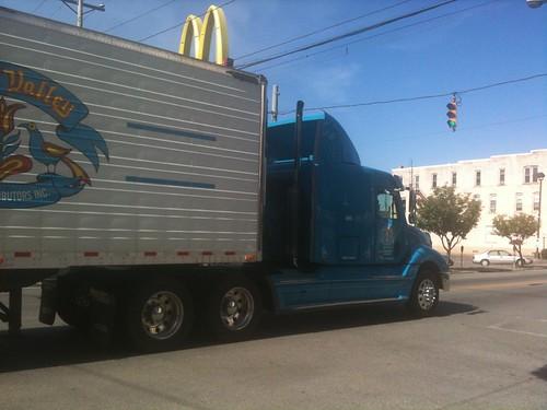 Colosales camiones cruzan todo el día Punxsutawney