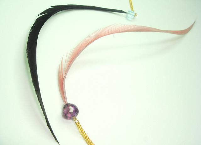 colgantes de semipreciosas y plumas