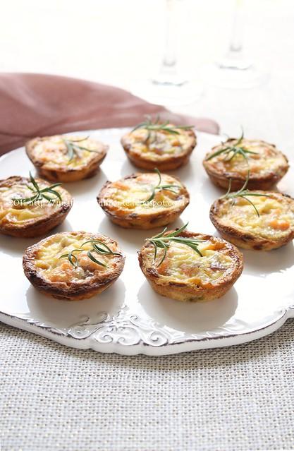 Mini quiche con salmone, cipolle caramellate e mela