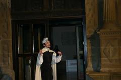 El actor Alen realizando su función para dar paso a la entrada al edificio