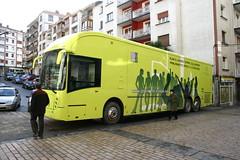 Perfil del autobus en la calle Zubiaurre de Ermua estacionado