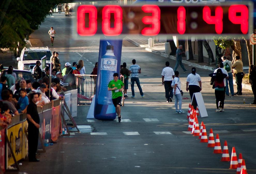 El campeón de la categoría 10km masculino, Derlis Ramón Ayala (esquina superior izquierda) se aproxima a la meta ante la mirada del staff y el público expectante, el paraguayo conquistó la primera posición en esta categoría con un tiempo de 00:32:39, todas las demás posiciones de esta categoría fueron conquistadas por paraguayos. (Elton Núñez)