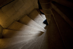 Escalier (DavidFritz) Tags: orange paris men canon ombre sombre château blanc escalier 28135mm homme vincennes colimaçon couleurchaude eos40d effetfilé estelado