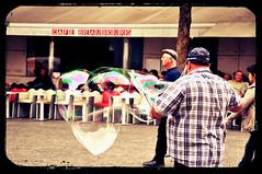 Um Coração de Bolha de Sabão (fhmolina) Tags: street paris artist heart centre coração rua bola pompidou georges sabão artista bolha sabao