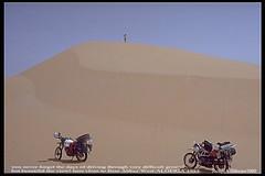 1985, ALGERIEN, Riesen-Dne-01 bei 'Beni Abbs', Sahara Ost-West per Motorrad 'BMW R80GS'-09 (jochenahuebener) Tags: sahara 1985 bmwr80gs motorrad ostwest algerien riesendne jochenahbener saharadurchquerung heisesommermonate beniabbs djerbaelgoleaagadir 2motorrder afrikapermotorrad