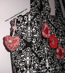 Bolsa  com flor de fuxico (Mimos D'kika) Tags: fuxico patchwork bolsas tecido bolsatiracolo