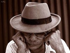 Aguardando el sueo... (Jimi Prez G.) Tags: retrato padre abuelo sombreros vejez duotono