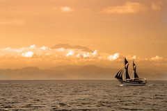 Gunung Agung Volcano (Bali - Indonesia) (Kaptah) Tags: sea bali canon indonesia landscape eos volcano mar asia barco ship paisaje gunung agung volcn 400d