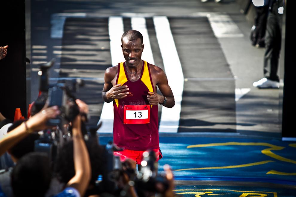 Alemayehu Negash de Kenia es el cuarto en completar el recorrido de 42km en un tiempo de 02:26:02hs. Los primeros lugares de las distintas categorías estuvieron dominados por keniatas, que fueron imbatibles en velocidad y resistencia. (Tetsu Espósito)