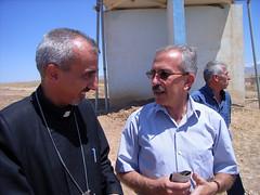 """Der armenische Pfarrer von Hawresk im Gespräch • <a style=""""font-size:0.8em;"""" href=""""http://www.flickr.com/photos/65713616@N03/6032552372/"""" target=""""_blank"""">View on Flickr</a>"""
