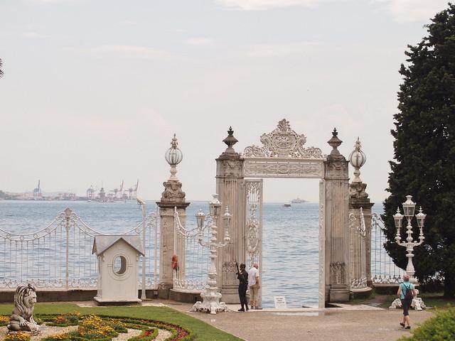 臨海的朵瑪巴切皇宮圍牆
