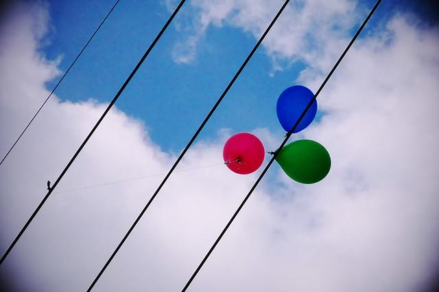 電線に絡まる風船
