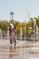 street ciclista (chang2034) Tags: street agua fuente cordoba ciclista oltusfotos