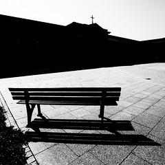 Komm, setz Dich ein Weilchen. (Martin Gommel) Tags: blackandwhite bw 6x6 contrast germany bank sw schwarzweiss karlsruhe kontrast 1x1 quadrat quadratisch img6622