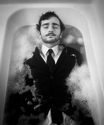 フリー写真素材, 人物, 男性, お風呂・シャワー, 目を閉じる, モノクロ写真,