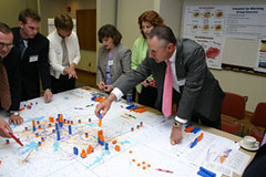 participants work on the Dallas-Ft Worth regional plan (by: APA)