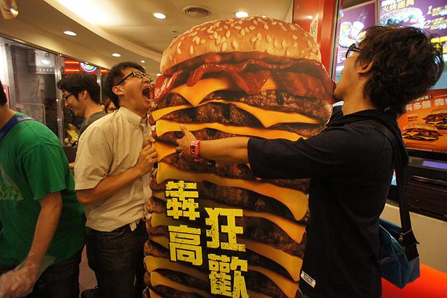漢堡王之300層犇牛堡暴食現場