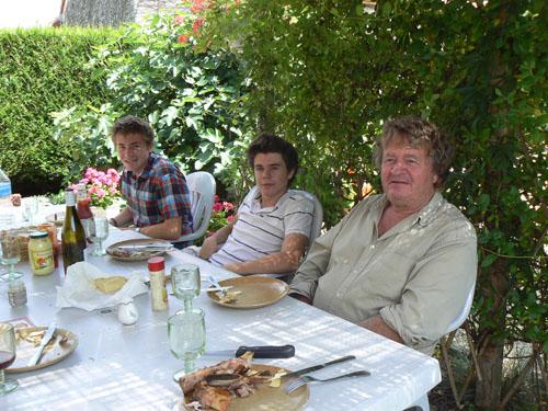 mes trois gars à table.jpg
