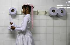 o....OO (Lucille Kanzawa) Tags: white branco bathroom wc bridesmaid casamento toiletpaper banheiro masswedding damadehonra papelhigiênico casamentocoletivo